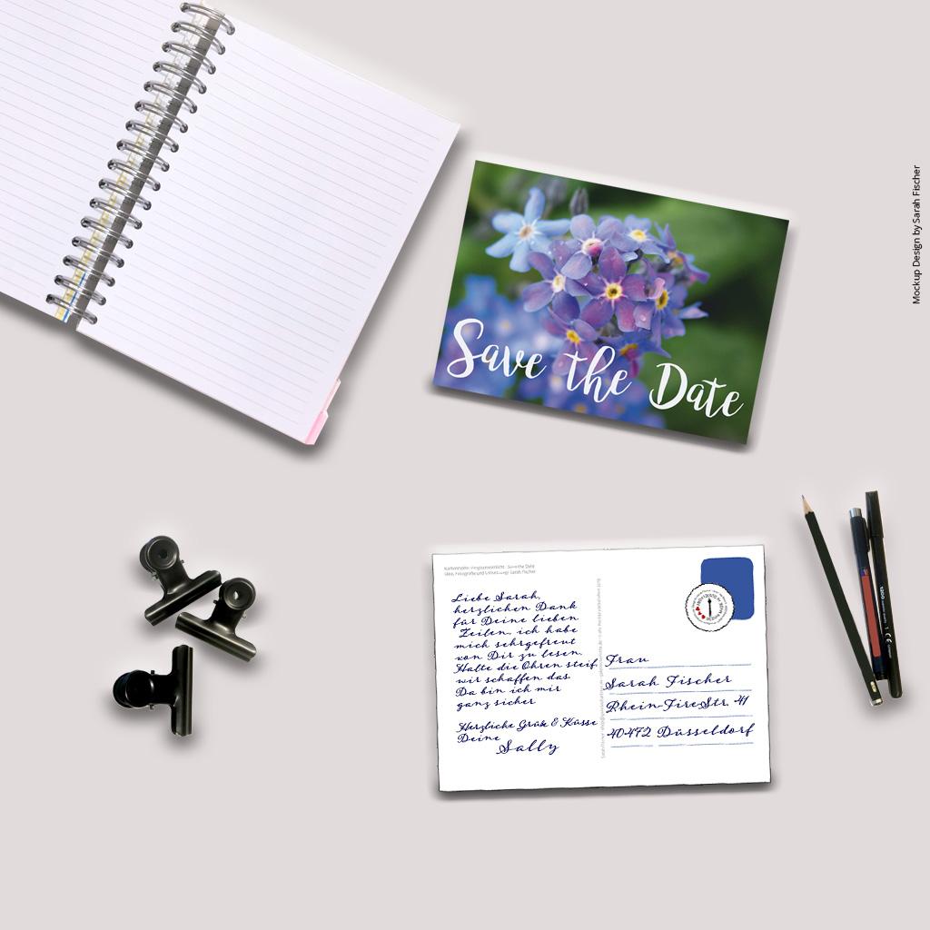 Schreibtisch mit Postkarte Save the Date